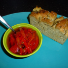 Bagte peberfrugtstrimler og søde chilier i olie