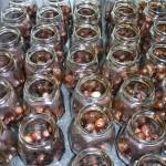 Balsamicosyltede perleløg med chili - glassene fyldes halvt med løg