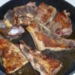 Stegeben med rødvin og chili - kødet brunes