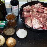 Stegeben med rødvin og chili - salt og peber på kødet