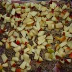 Porchetta med chili og andet fyld - æblerstykkerne lægges på