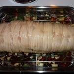 Porchetta med chili og andet fyld - hæld væske ved og den er klar til ovnen