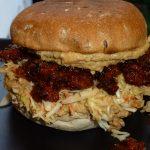 Fooled Pårk - burger med Fooled Pårk samt slaw og hummus